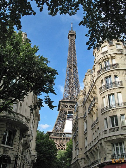 450px-Eiffel_tower_from_the_neighborhood-simple